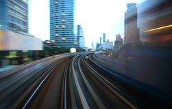 Mouvement brouillé sur le train de ciel expédiant Photographie stock