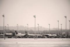 Mouvement d'aéroport dans l'aéroport MUC de Munich Photographie stock