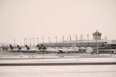 Mouvement d'aéroport dans l'aéroport MUC de Munich Image libre de droits