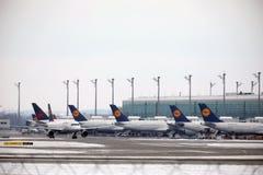 Mouvement d'aéroport dans l'aéroport MUC de Munich Photos stock