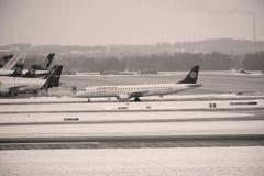 Mouvement d'aéroport dans l'aéroport MUC de Munich Photo stock