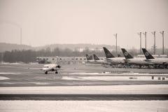 Mouvement d'aéroport dans l'aéroport MUC de Munich Photographie stock libre de droits
