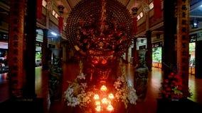 Mouvement d'autel bouddhiste de Lit dans le temple de monastère à l'obscurité clips vidéos