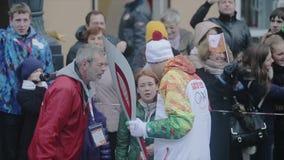 Mouvement d'autobus près du porteur de flambeau masculin Les gens Course de relais de flamme olympique de Sotchi dans le St Peter banque de vidéos