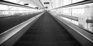 Mouvement d'escalator d'architecture d'aéroport Photographie stock libre de droits