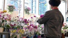 Mouvement d'orchidée de achat de personnes sur le support de fleur d'affichage clips vidéos