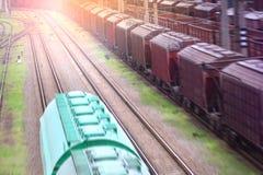 Mouvement d'un train de fret sur un chemin de fer image stock
