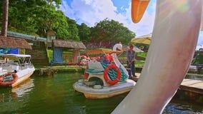Mouvement de bateaux de pédale de cygne de plan rapproché à Pier People Get Off clips vidéos