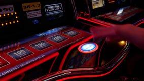 Mouvement de bouton de jeu de pressing de femme sur la machine à sous banque de vidéos