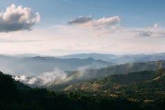 Mouvement de brouillard au-dessus de Doi Chang, Thaïlande Photographie stock