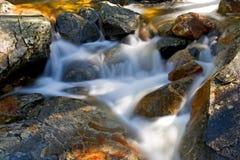 Mouvement de cascade à écriture ligne par ligne sur les roches Image stock