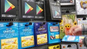 Mouvement de cineplex de cueillette de femme cartes cadeaux des cinquante et quatre-vingts dollars banque de vidéos