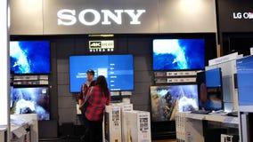 Mouvement de client semblant la nouvelle TV pour acheter le magasin intérieur de Best buy clips vidéos
