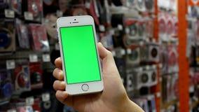 Mouvement de femme tenant l'iphone vert d'écran avec des outils d'affichage banque de vidéos