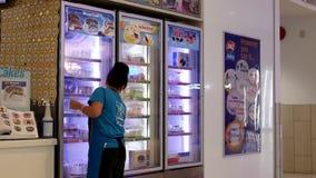 Mouvement de fenêtre de refroidisseur d'affichage de nettoyage de femme à l'espace restauration banque de vidéos