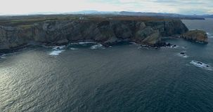 Mouvement de haut en bas dans une vue aérienne obtenant plus près du littoral avec beaucoup de falaises banque de vidéos
