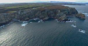 Mouvement de haut en bas dans une vue aérienne obtenant plus près du littoral avec beaucoup de falaises clips vidéos