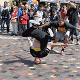 Mouvement de headspin de Breakdancer Photo libre de droits