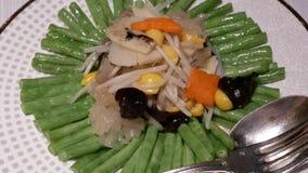 Mouvement de légume en sauce à gingembre à l'intérieur de restaurant chinois banque de vidéos