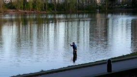 Mouvement de la pêche de l'homme au lac Lafarge banque de vidéos