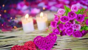Mouvement de longueur de décoration Valentine avec la combustion de bouquet et de bougie banque de vidéos