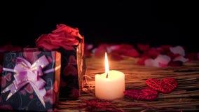Mouvement de longueur des boîte-cadeau, des pétales et de la combustion de bougie Jour de Valentine banque de vidéos