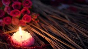 Mouvement de longueur des pétales de fleur, de la rose et de la combustion de bougie Jour de Valentine banque de vidéos