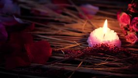 Mouvement de longueur de la combustion de bouquet et de bougie de fleur de Valentine de décoration banque de vidéos