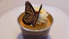 Mouvement de mini gâteau de tasse de papillon sur la table à l'intérieur du restaurant banque de vidéos