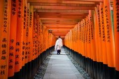 Mouvement de moine dans mille portes de torii à l'éclat d'inari de Fushimi, Photos stock