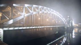 Mouvement de nuit des machines sur le pont banque de vidéos