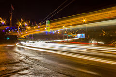 Mouvement de nuit sur les rues urbaines Photographie stock libre de droits