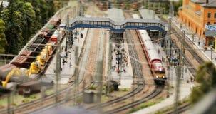 Mouvement de passager et de trains de fret à la gare ferroviaire clips vidéos