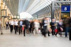 Mouvement de personnes de tache floue de station de métro de train Photo libre de droits