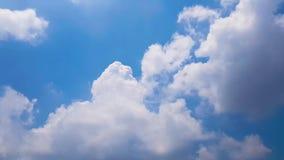 Mouvement de phénomène naturel des nuages et du ciel bleu, laps de temps banque de vidéos