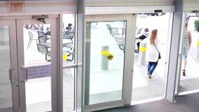 Mouvement de porte et de la marche d'ouverture de client  banque de vidéos