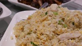 Mouvement de riz frit de vapeur chaude sur la table à l'intérieur du restaurant clips vidéos