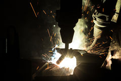 Mouvement de robots de soudure dans une usine de voiture Images stock