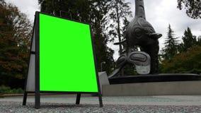 Mouvement de signe vert d'écran près de totem d'aquarium de Vancouver banque de vidéos