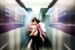 Mouvement de tache floue de la marche de passagers Photo libre de droits