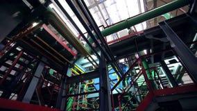 Mouvement de tir d'angle faible sous le réseau de pipe-lines à l'usine clips vidéos