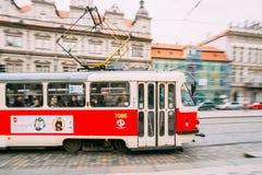 Mouvement de tram sur le namesti de Malostranske de rue à Prague, C Image stock