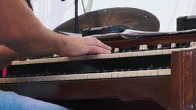 Mouvement de truie Organiste jouant un concert d'organe sur le festival banque de vidéos