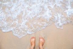 Mouvement de vague de mer avec les pieds et le sable photos libres de droits