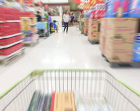 Mouvement de vitesse dans le supermarché sur le fond de tache floue Photo libre de droits