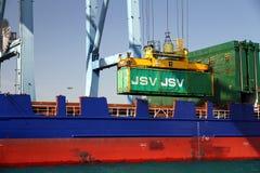 Mouvement dei contenitori sopra la nave porta-container Johanna Schepers Immagine Stock