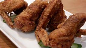 Mouvement des ailes de poulet sur la table à l'intérieur du restaurant banque de vidéos