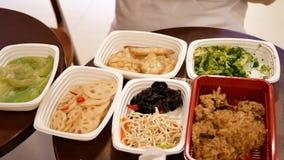 Mouvement des apéritifs et du légume sur la table au secteur de l'espace restauration banque de vidéos