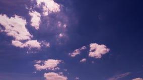 Mouvement des cirrus dans le ciel bleu clips vidéos