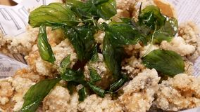 Mouvement des fruits de mer et du légume frits sur la table banque de vidéos